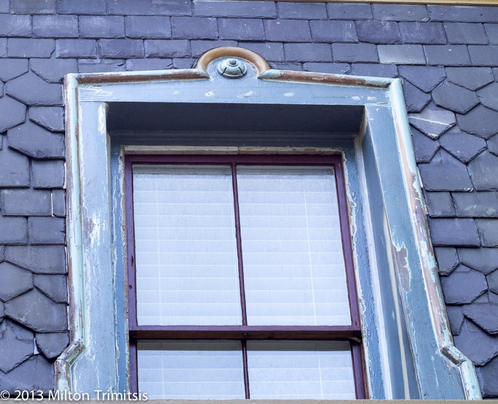Molded plastic part completing band molding on mansard window